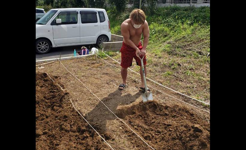 川崎市麻生区栗木にて、TAMURA選手、兼平選手が畑作業のボランティアを行いました