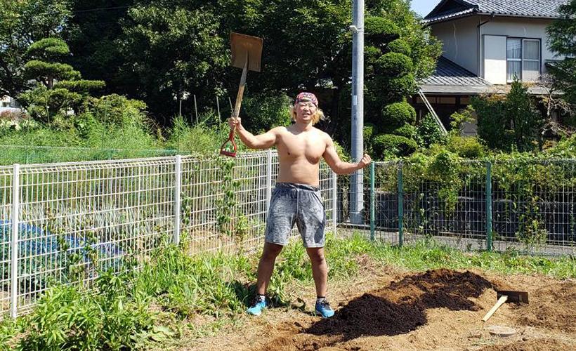 川崎市麻生区栗木にて、兼平選手が畑作業のボランティアを行いました
